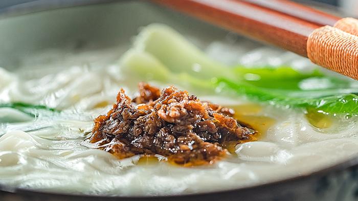 天冷蘸着牛肉酱吃火锅吧!
